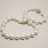 Asingle graduatedrow of thirty-two baroque South Sea culturedpearls